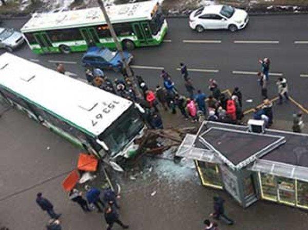 В Москве автобус сбил людей на остановке