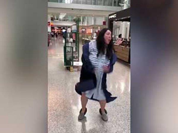 Сеть взорвало видео, как Лолита пляшет в аэропорту в ночнушке и тапочках