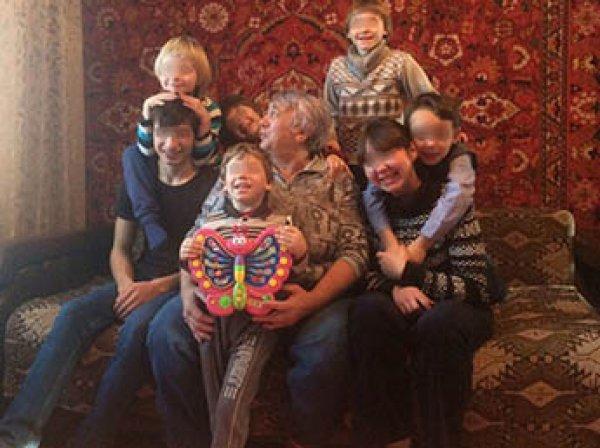 В Хакасии у матери семерых детей их изъяли из-за длинных волос ребенка