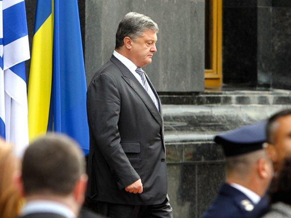 СМИ раскрыли секрет странного предмета под плащом Порошенко