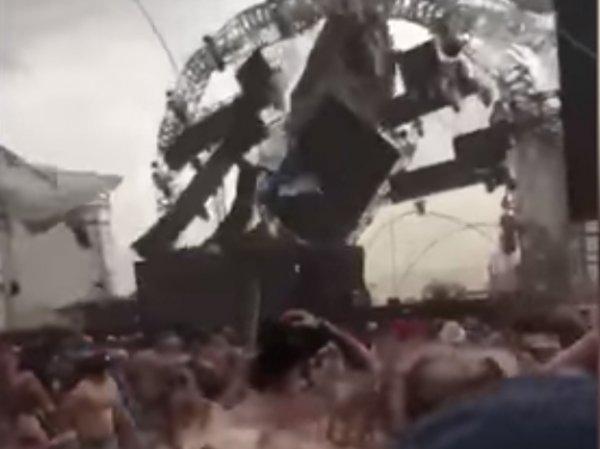 В Бразилии диджея задавило рухнувшей во время концерта сценой