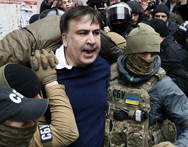 Саакашвили угрожал спрыгнуть с крыши во время обыска