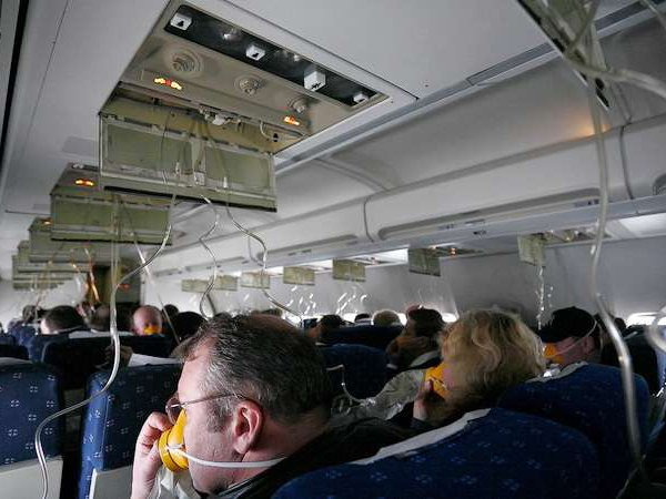 СМИ: на борту самолета Москва-Екатеринбург произошла разгерметезация