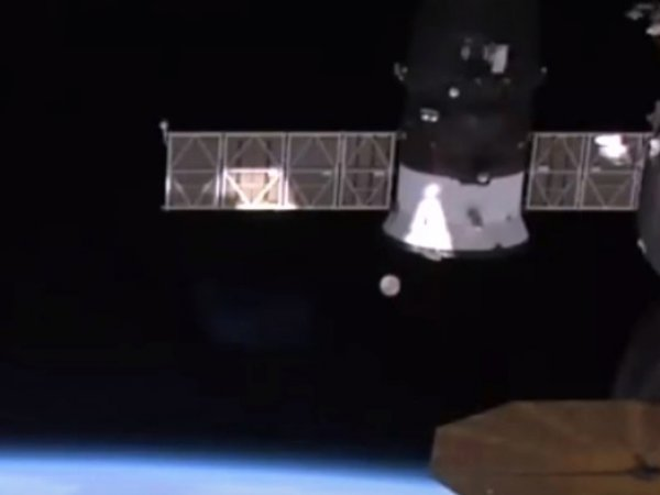 Камера МКС засняла НЛО рядом со станцией