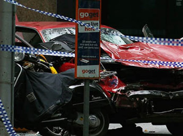 В австралийском Мельбурне автомобиль протаранил толпу: пострадали 19 человек
