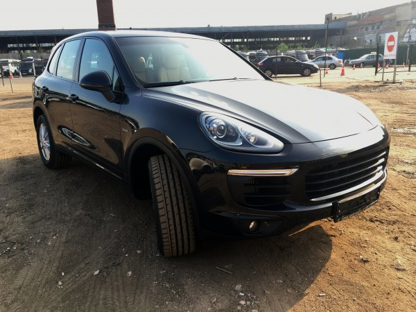 """Водитель Porsche отсудил деньги у женщины, попавшей под его машину на """"зебре"""""""