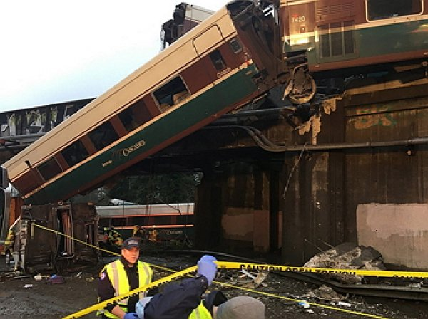 6 человек стали жертвами при сходе поезда с рельсов в США