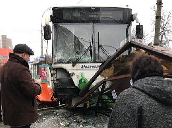 Момент наезда автобуса на остановку в Москве попал на видео