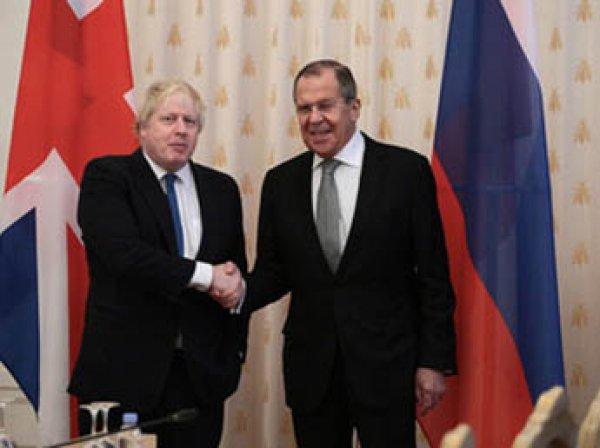 Лавров и его британский коллега Джонс при встрече обменялись шутками про пальто