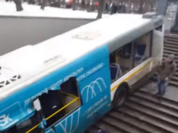 "Момент аварии с автобусом у метро ""Славянский бульвар"" попал на видео"