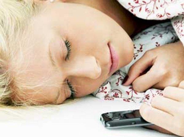 Ученые рассказали, чем опасен смартфон под подушкой