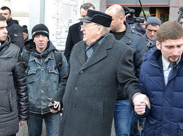 """Жириновский """"наехал"""" на таксиста у Казанского вокзала"""