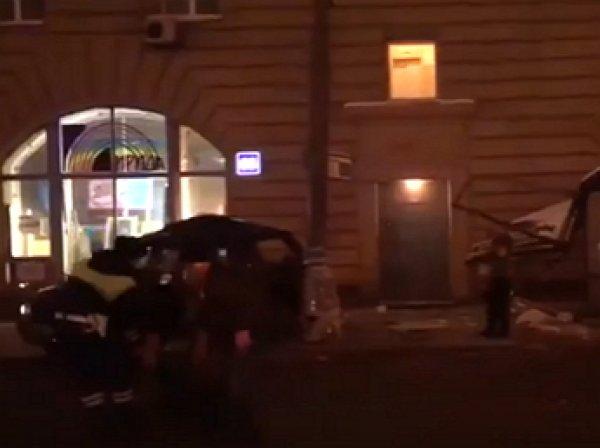 Машина с трупом в багажнике влетела в автобусную остановку в Москве