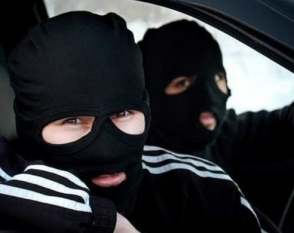 В Перми двое неизвестных в масках напали с ножом на учеников школы