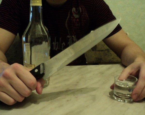 В Великом Новгороде мужчина отрезал собутыльнику голову и выкинул ее в окно