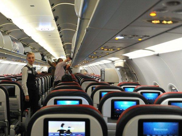 Пассажир бизнес-класса устроил дебош на борту самолета Москва-Нью-Йорк