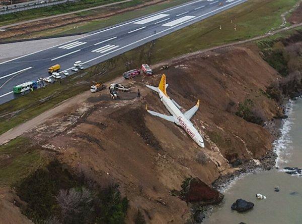 В Турции самолет со 162 пассажирами завис над обрывом