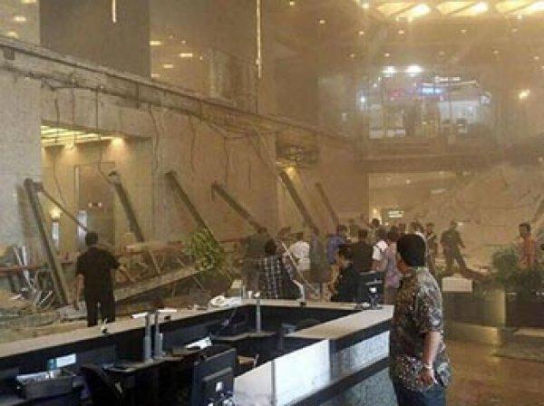 В Индонезии обрушился балкон фондовой биржи с десятками человек: свыше 70 пострадавших