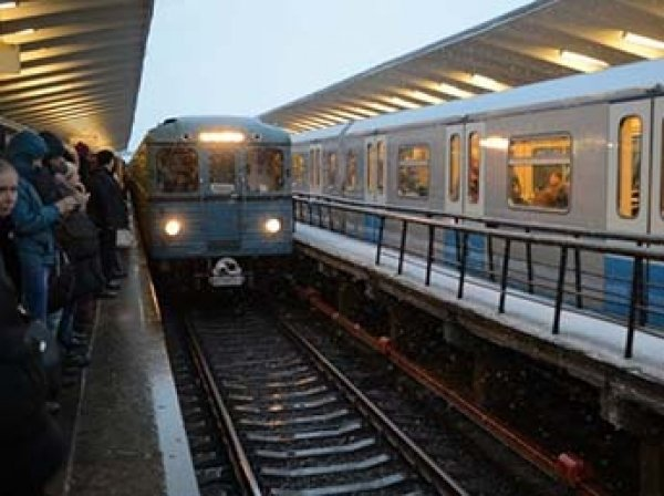 """Застрявший поезд в тоннеле московского метро вызвал коллапс на """"фиолетовой"""" ветке"""