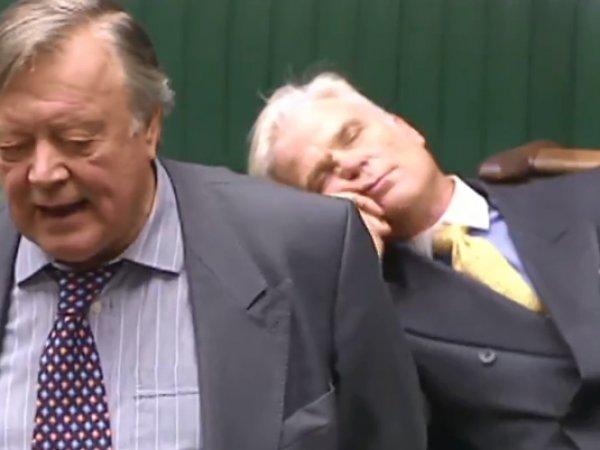 Британский депутат уснул в прямом эфире во время дебатов