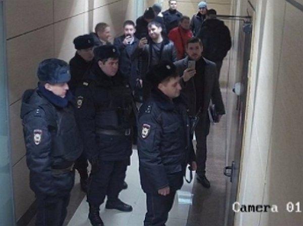 """В офисе ФБК Навального в Москве полиция """"выпилила дверь"""""""