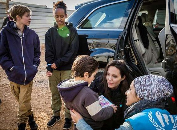 Анджелина Джоли привезла своих детей в лагерь сирийских беженцев