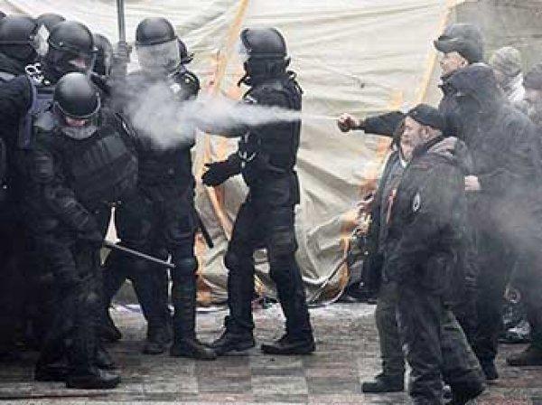 Митингующие у здания Рады в Киеве сожгли флаг России: в стычках ранен полицейский