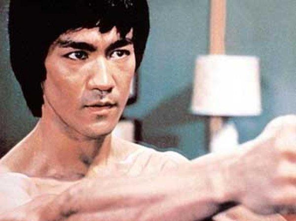 В Сети появилось редкое видео боя Брюса Ли на световых мечах