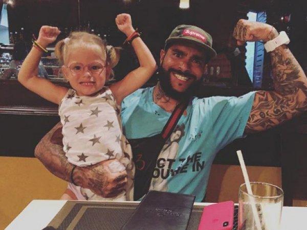 """Соцсети раскритиковали """"аморальное"""" фото Тимати с дочерью в Instagram"""