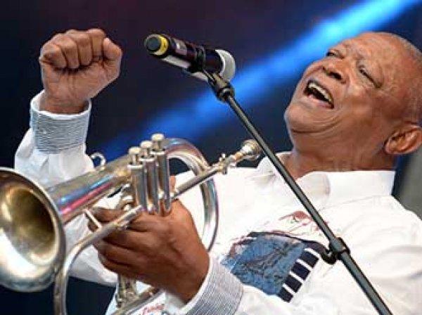 В ЮАР скончался легендарный джазовый трубач Хью Масекела
