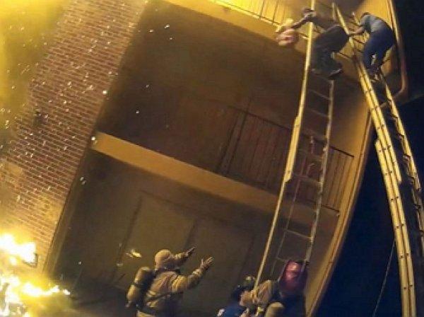 В США пожарный спас сброшенную с третьего этажа девочку