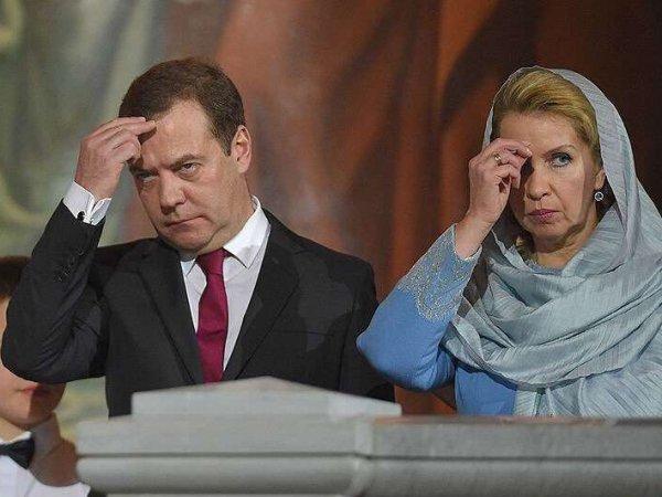 В РПЦ объяснили появление на службе с Медведевым священника со спецнаушником