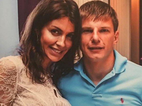 Жена Аршавина пригрозила отрезать пальцы и подбросить наркотики модели, обнимавшейся с мужем