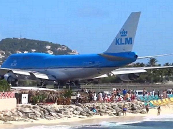 Взлетающий самолет с острова Сен-Мартен сдул туристов вокеан