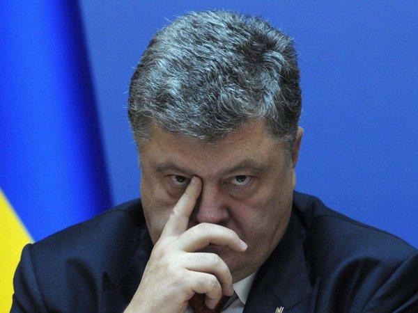 Порошенко призвал запретить флаг РФ во всем мире