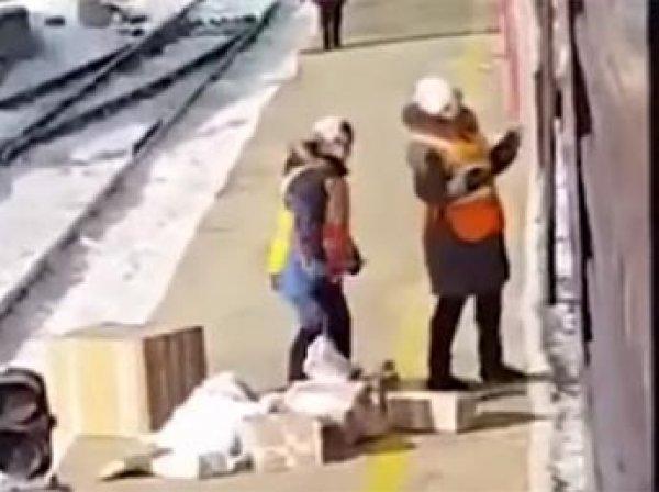 Сеть обсуждает видео, как сотрудники Почты России в Приамурье выкидывают посылки из поезда на ходу