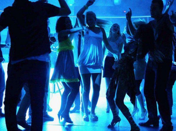 В Томске студентка ублажила парня на сцене клуба ради бесплатных коктейлей
