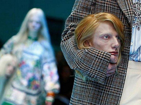 Модели Gucci вышли на подиум, неся в руках свои головы