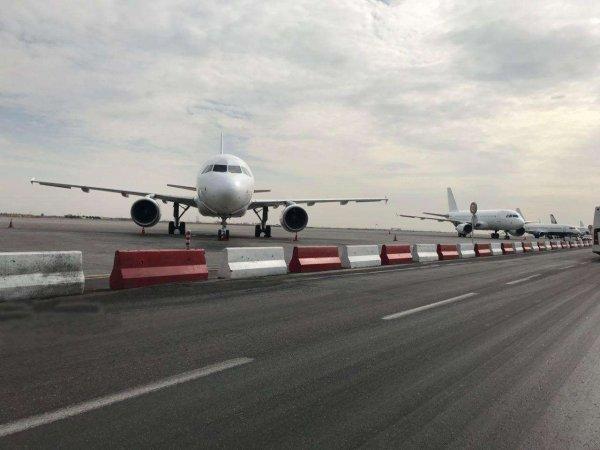 Во Владивостоке пассажиры вернувшегося в аэропорт самолета пили и курили на борту, готовясь к смерти