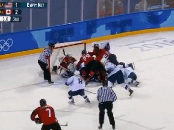 Канадские и американские хоккеистки устроили массовую драку во время олимпийского матча