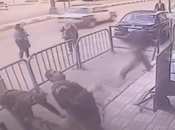 YouTube обсуждает ВИДЕО, как полицейский чудом спас выпавшего с балкона ребенка