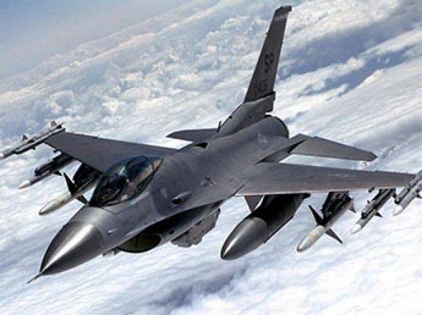 Истребитель США F-16 загорелся в небе над Японией
