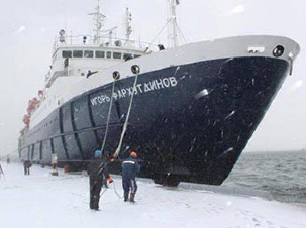 В Охотском море во льду застрял теплоход со 127 пассажирами