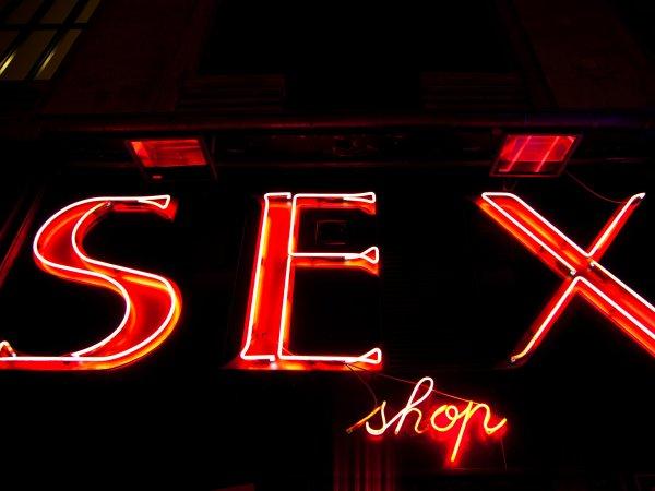 В Питере преступник в медицинской маске ограбил секс-шоп