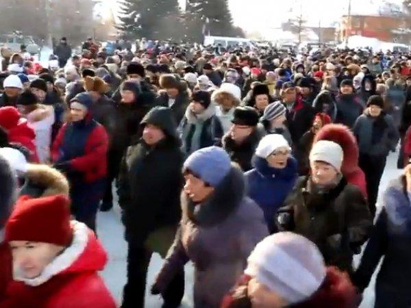 Разъяренные жители Новосибирской области пришли к мэрии из-за двух погибших в яме детей