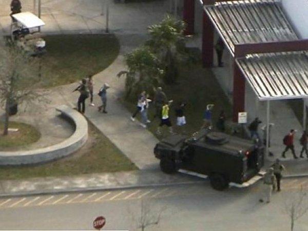 В США бывший ученик устроил стрельбу в школе: погибли 17 человек