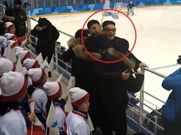 Двойник Ким Чен Ына станцевал перед болельщиками КНДР