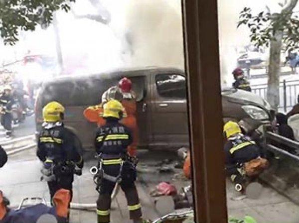 В Шанхае микроавтобус протаранил толпу пешеходов: минимум 18 раненых