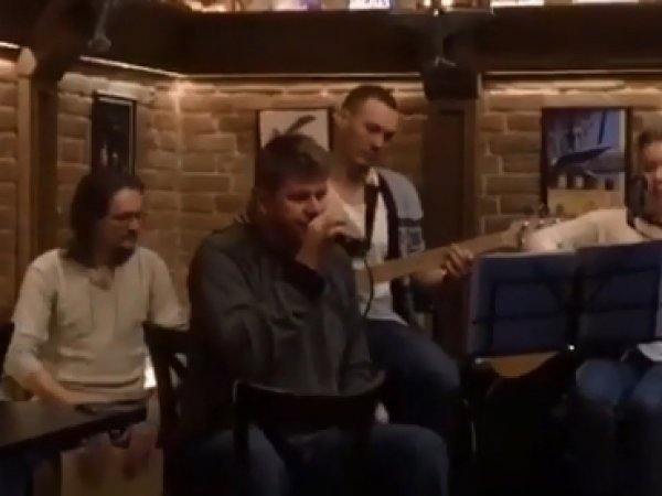 """""""Комментируете вы лучше"""": Дмитрия Губерниева раскритиковали за пение в тюменском баре"""