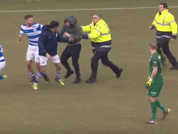 В Нидерландах болельщики устроили массовую драку на поле с футболистами после проигрыша команды